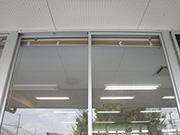 校舎の窓ガラス洗浄及びクモの巣清掃