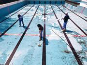 浜松市内小学校のプール清掃